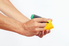 Übergeben Sie schriftliche Anmerkungen in der grünen Markierung auf einem orange Aufkleber Lizenzfreies Stockbild