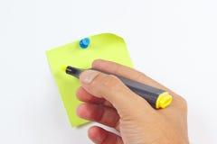 Übergeben Sie schriftlichen Anmerkungen eine gelbe Markierung auf einem grünen Aufkleber auf weißem Brett Lizenzfreie Stockfotografie