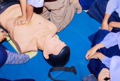 Übergeben Sie Student Heart-Pumpe mit medizinischer Attrappe auf CPR, in der Notweiterbildung zur Vorlage des Arztes lizenzfreies stockfoto