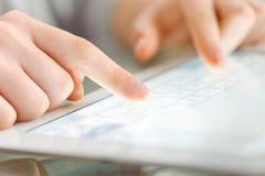 Übergeben Sie Touch Screen auf modernem digitalem Tablette-PC Stockbilder