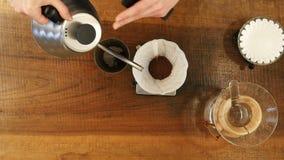Übergeben Sie Tropfenfängerkaffee, barista strömendes Wasser auf Kaffeesatz mit Filter stock video