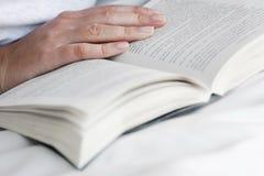 Übergeben Sie und öffnen Sie Buch Lizenzfreie Stockbilder