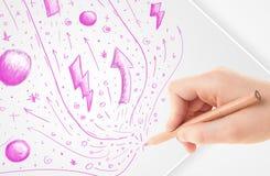 Übergeben Sie zeichnende abstrakte Skizzen und Gekritzel auf Papier Stockfoto