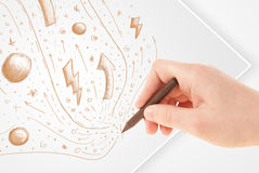 Übergeben Sie zeichnende abstrakte Skizzen und Gekritzel auf Papier Lizenzfreie Stockfotos