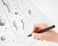 Übergeben Sie zeichnende abstrakte Skizzen und Gekritzel auf Papier Lizenzfreie Stockfotografie