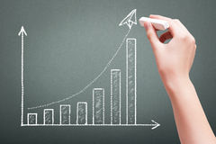 Übergeben Sie Zeichnung mit Kreidegeschäftswachstums-Diagrammkonzept lizenzfreie stockbilder