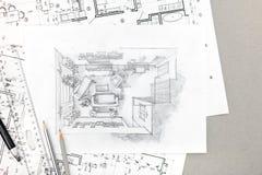 Übergeben Sie Zeichnungsskizze des Hauptinnenraums mit Bleistiften und Plänen Stockfotografie