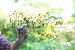 Übergeben Sie Zeichnungsskizzen der glücklichen Familie auf dem Glas Stockfoto