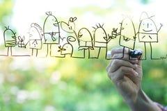 Übergeben Sie Zeichnungsskizzen der glücklichen Familie auf dem Glas Stockbild
