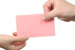 Übergebung der leeren rosafarbenen Visitenkarte lizenzfreie stockbilder