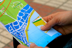 Übergebung einer Karte Stockbild