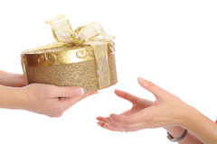 Übergebung eines Geschenkes Lizenzfreies Stockbild