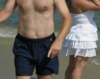 Übergewichtige Menschen am Strand Stockfoto