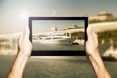 Übergibt das Halten einer Tablette beim Machen des Fotos Stockfoto