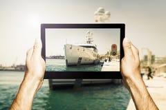 Übergibt das Halten einer Tablette beim Machen des Fotos Lizenzfreies Stockfoto