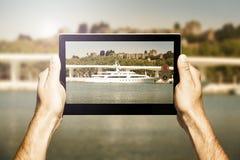 Übergibt das Halten einer Tablette beim Machen des Fotos Stockfotografie