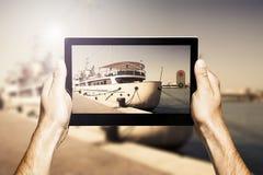 Übergibt das Halten einer Tablette beim Machen des Fotos Stockfotos