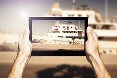 Übergibt das Halten einer Tablette beim Machen des Fotos Stockbilder