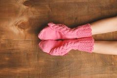 Übergibt das Mädchen, das in den rosa Handschuhen gekleidet wird Lizenzfreie Stockfotos