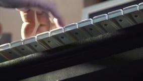 Übergibt den Pianisten, der die Klavierschlüssel 8 spielt stock video footage