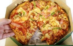Übergibt Ergreifungspizza lizenzfreie stockbilder