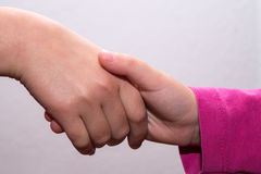 Übergibt kleines Mädchen, das spinnen, gekreuzte Hände, Handberühren Lizenzfreie Stockfotos
