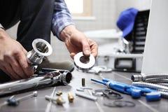Übergibt Klempner bei der Arbeit in einem Badezimmer und plombiert Reparaturservice, wie Stockfotos