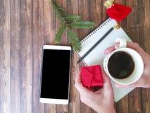 Übergibt Notizbuchtelefonniederlassung eines Weihnachtsbaums Lizenzfreies Stockfoto