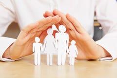 Übergibt schützende Familie Lizenzfreie Stockfotos