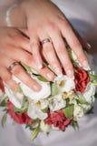Übergibt whith Ringe auf Hochzeitsblumenstrauß Lizenzfreie Stockbilder