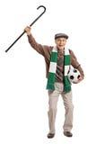 Überglücklicher reifer Fußballfan, der einen Stock und ein Zujubeln hält Stockfotos