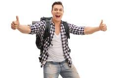 Überglücklicher Wanderer, der zwei Daumen aufgibt Stockfotografie