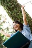 Überglücklicher weiblicher Student stockbild