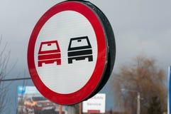 Überholen des verbotenen Straßenschildes auf der Straße Stockbilder