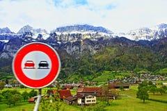 Überholen des verbotenen Zeichens die Schweiz Stockbild