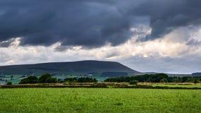 Überholen Sie Ansicht vom Bauernhof auf Pendle-Hügel auf bewölktem Sommer afternoo lizenzfreies stockbild