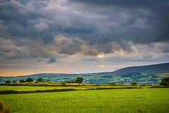 Überholen Sie Ansicht vom Bauernhof auf Pendle-Hügel auf bewölktem Sommer afternoo stockbilder