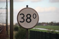Überholen Sie unterzeichnen herein Kilometer entlang der Eisenbahn in Moordrecht, T Stockfotografie