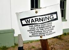 Überholtes Warnzeichen ist verbogen und rostig lizenzfreies stockfoto