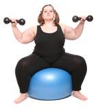 Überladene Bodybuilderfrau mit blauer Kugel. Lizenzfreies Stockfoto