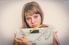 Überladene Frau, die digitale Skalen mit Wort HILFE hält! lizenzfreie stockfotos