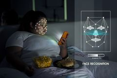 Überladene Frau, die Gesicht Identifikations-Anerkennung verwendet stockbilder