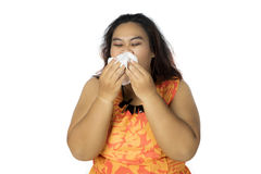 Überladene Frau, die ihre Nase mit einem Gewebe abwischt Lizenzfreie Stockfotos