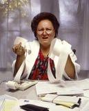 Überladene Frau frustriert mit Finanzen stockfoto
