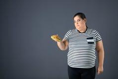Überladene Frau mit Hamburger stockfotos