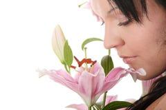 Überladene Frau mit Lilienblume Lizenzfreies Stockfoto