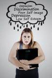 Überladene Frau mit Skala und Problemen Lizenzfreies Stockfoto