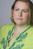 Überladene Frauen, die traurig schauen Lizenzfreie Stockfotografie