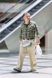 Überladener Mann geht in Livat-Einkaufszentrum, Peking, China Lizenzfreie Stockbilder