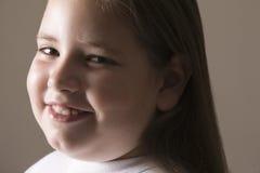Überladenes Mädchen-Lächeln Stockfoto